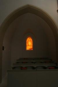 Grabtuch Fenster im Chorraum des Klosters Stiepel
